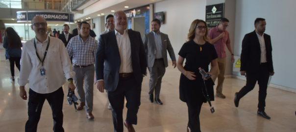 Gobernador de Jalisco abandonando las instalaciones de la Expo Guadalajara