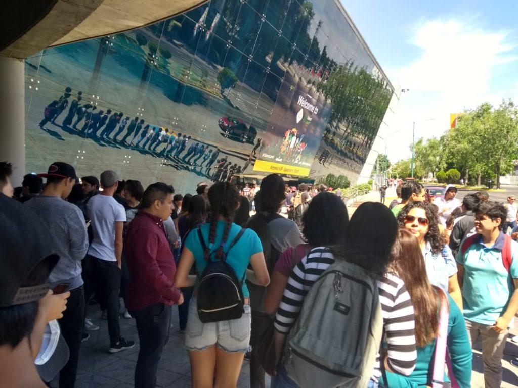 Pese al calor los jóvenes se mostraron entusiastas por recibir su pase para el evento.